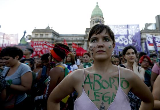 지난 2월 아르헨티나의 부에노스 아이레스에서 열린 낙태 합법화 시위에 참석한 여성의 모습. 여성의 몸에 있는 초록색 글씨는 '합법적 낙태'라는 뜻이다. [AP=연합뉴스]