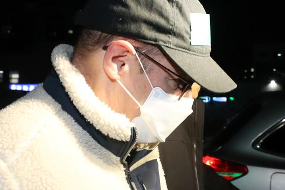 마약 투약 혐의로 체포된 방송인 하일(미국명 로버트 할리·60) 씨가 지난 10일 오후 구속 영장이 기각됨에 따라 석방돼 수원남부경찰서를 빠져나오고 있다. [연합뉴스]