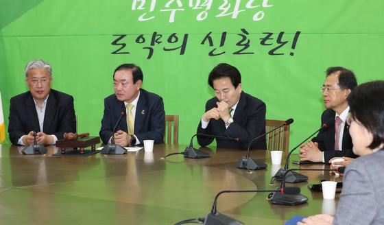 정동영 대표 등 민주평화당 의원들이 9일 저녁 국회에서 열린 의원총회에서 이야기를 나누고 있다. [연합뉴스]