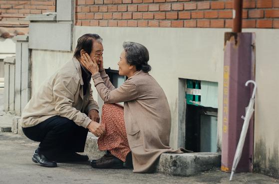 영화 '로망'의 한 장면. 노부부가 동반 치매를 앓고 있는 설정이다. [영화사 제공]