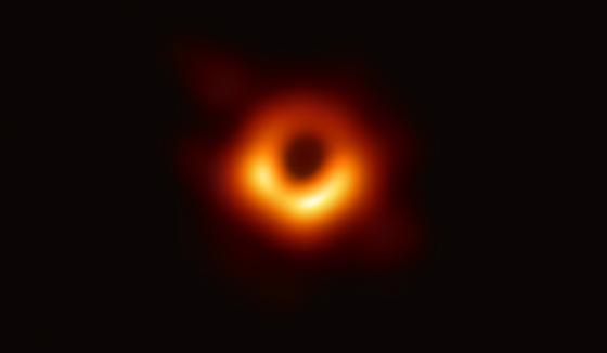사상 최초로 공개된 초대질량 블랙홀 M87의 모습. 중심의 검은 부분은 블랙홀과 블랙홀을 포함하는 그림자이고, 고리의 빛나는 부분은 블랙홀의 중력에 의해 휘어진 빛이다. 관측자로 향하는 부분이 더 밝게 보인다. 블랙홀의 질량은 태양의 65억 배, 지름은 160억㎞에 달한다 [사진 EHT]