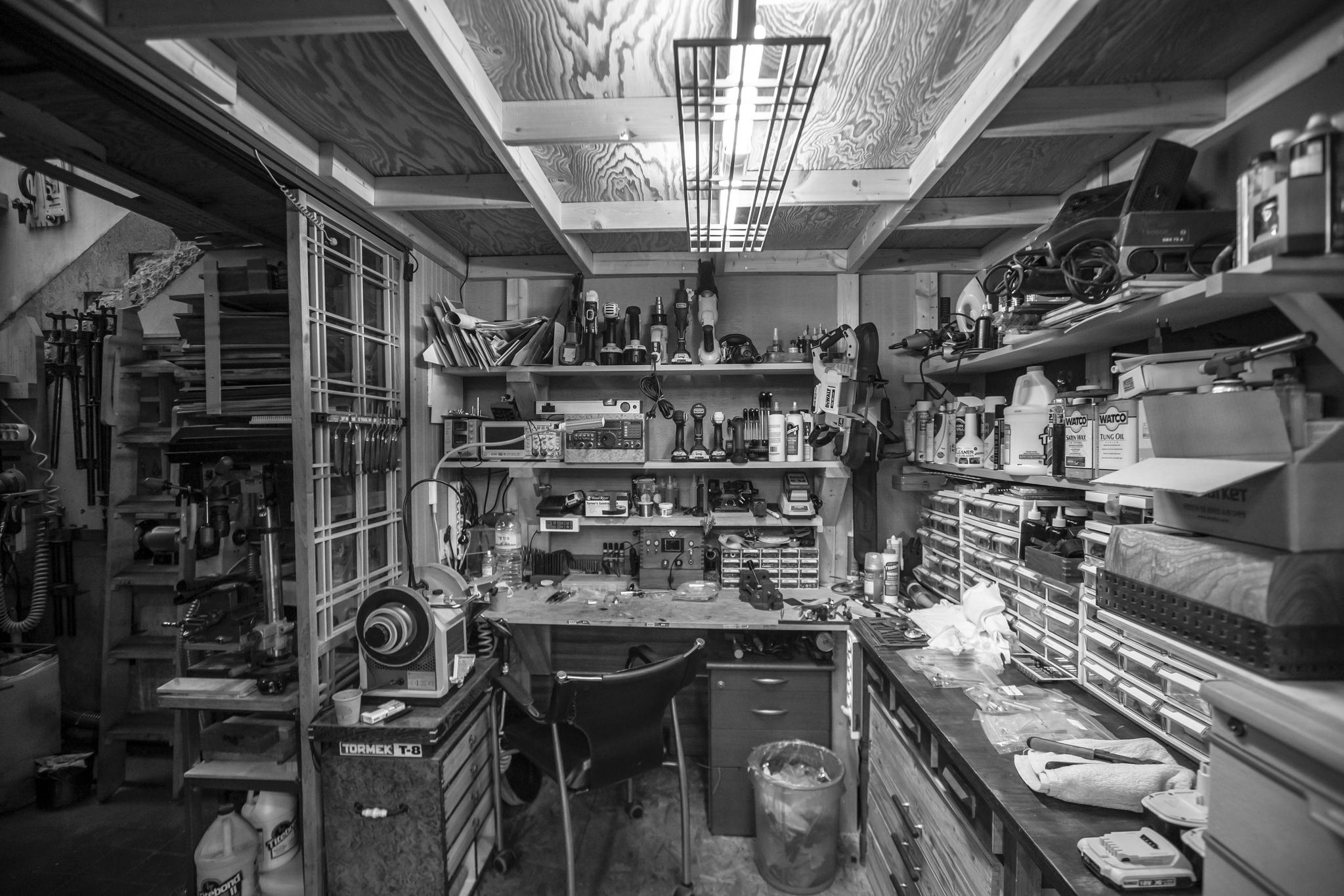 """공간갤러리 한편에 마련된 카메라 수리 공간, 빈틈 없이 정리되어있다. 공간조차 '한뼘도 허투루 쓰지 않는다""""고 그가 말했다."""
