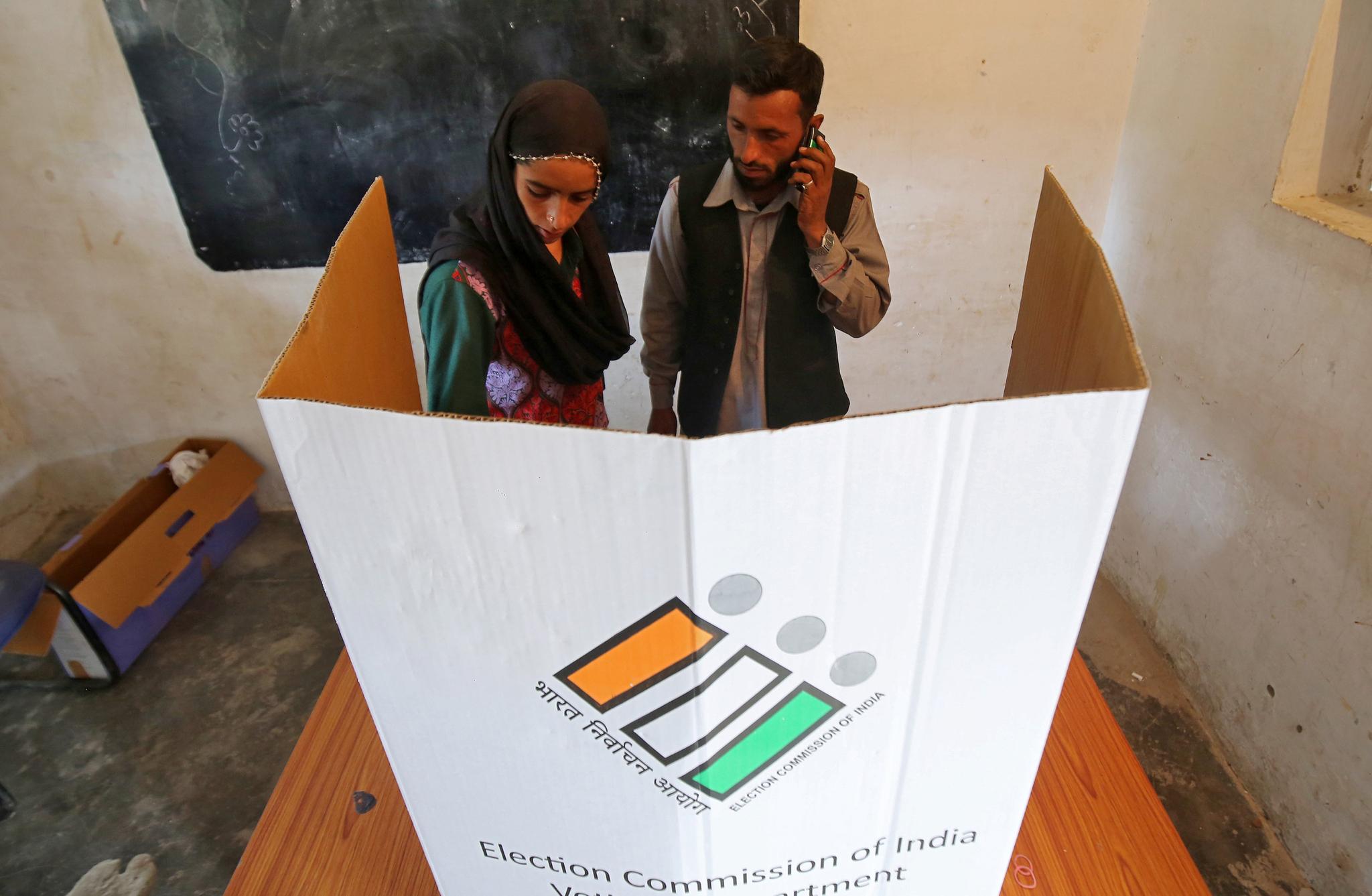 11일(현지시간) 인도 자무 외곽의 한 투표소에 마련된 종이박스 기표소에서 시민들이 투표를 하고 있다. [로이터=연합뉴스]