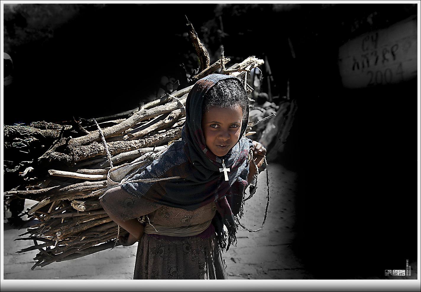 2012년 문 대표가 아프리카 에디오피아 오지에서 촬영한 '나무꾼 소녀'/ 문재철 제공