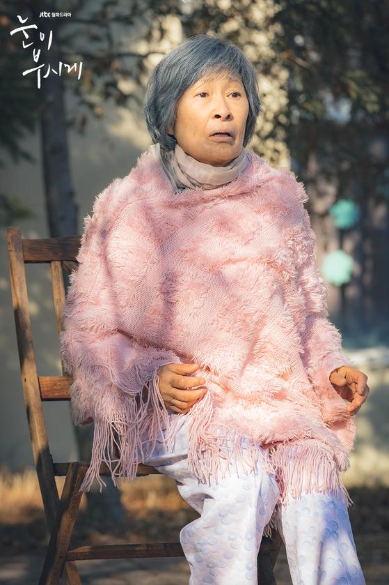 드라마 '눈이 부시게'의 한 장면. 치매를 앓고 있는 노인 혜자(김혜자)의 시선으로 이야기를 풀어간다. [사진 JTBC]