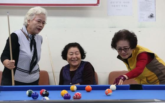 한 노인복지관에서 회원들이 당구를 즐기고 있는 모습이다. [중앙포토]