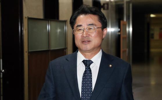 최경환 민주평화당 의원이 9일 오후 서울 여의도 국회에서 열린 비공개 의원총회에 참석하고 있다. 이날 회의에서 의원들은 정의당과의 공동교섭단체 구성과 관련해 의견을 수렴하는 토론을 했다. [뉴스1]