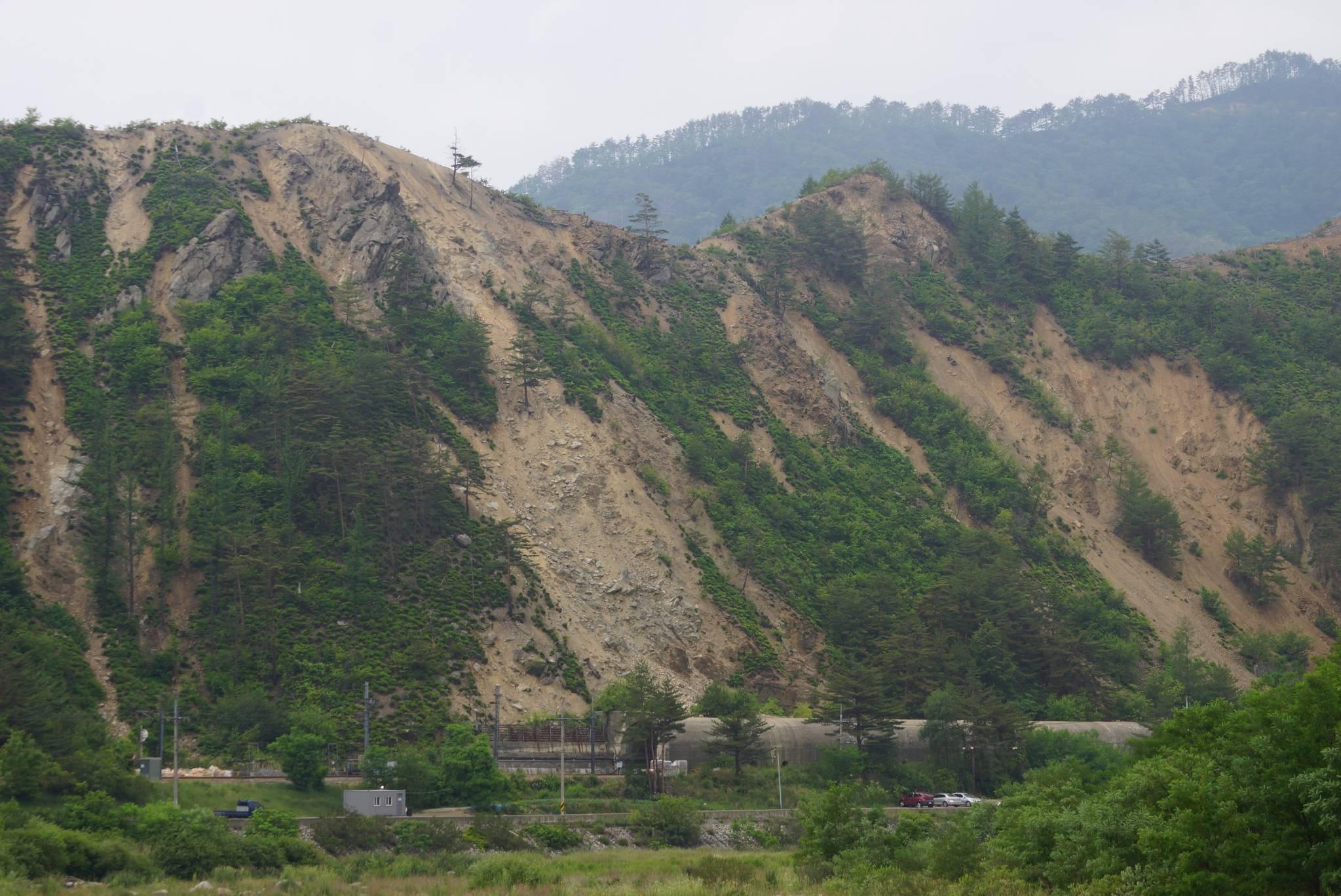 석포제련소 인근 산림이 훼손되면서 이로 인해 낙석사고와 열차 탈선 사고도 발생했다. 강찬수 기자
