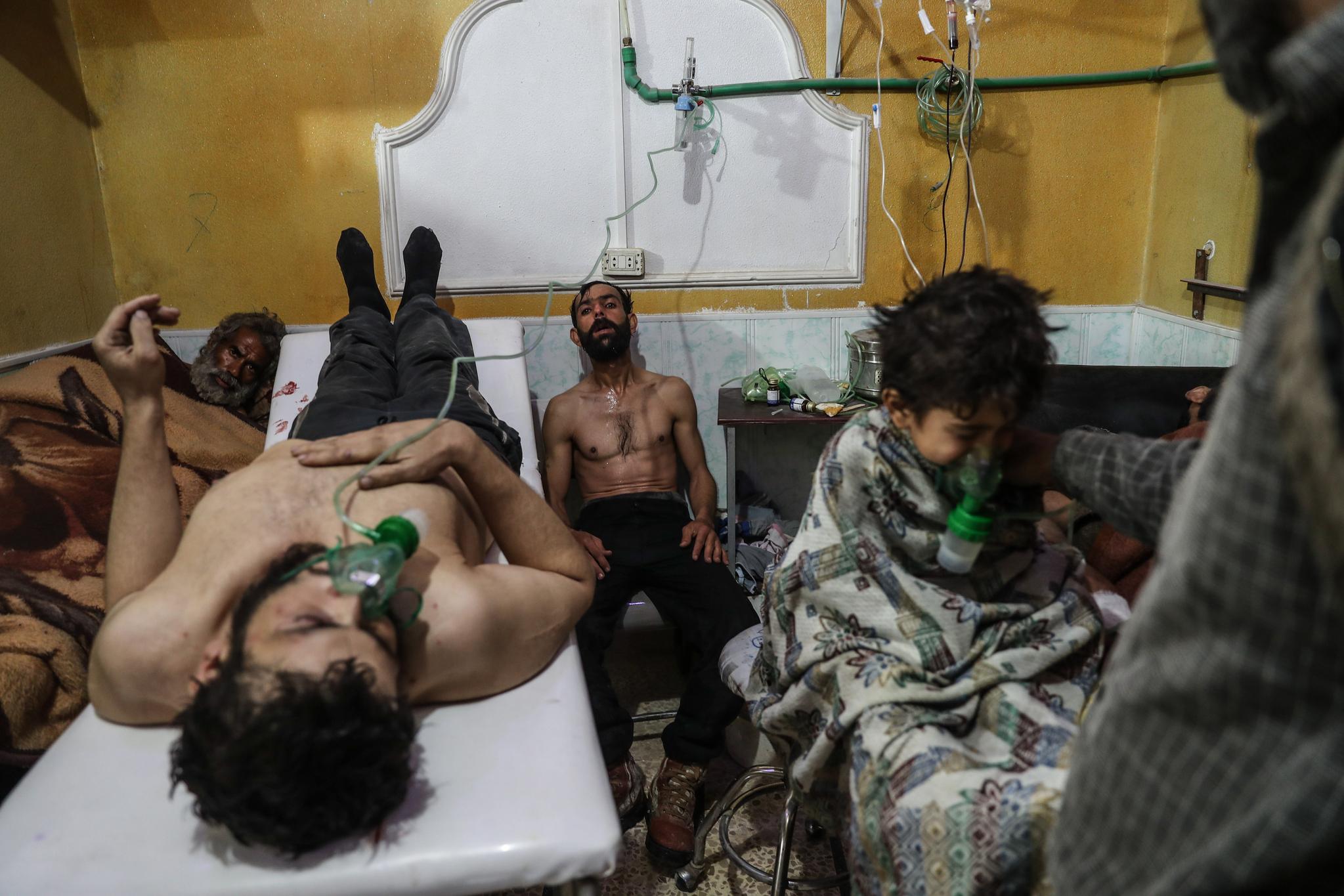 작년 2월 시리아 동부의 한 지역에서 가스공격을 받은 주민들이 병원에서 응급치료를 받고 있다. 이 사진은 'Syria,No Exit'라는 주제의 스팟뉴스 스토리부문 2위상을 수상했다.[EPA=연합뉴스]