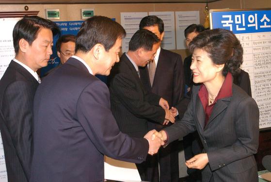 2004년 당시 박근혜 대표가 한선교 대변인(왼쪽)과 진영 대표 비서실장에게 임명장을 수여하고 있다.[중앙포토]