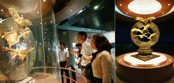 함평 황금박쥐 전시관을 찾은 관광객들이 순금으로 만든 황금박쥐 조형물을 살펴보고 있다. [사진 함평군]