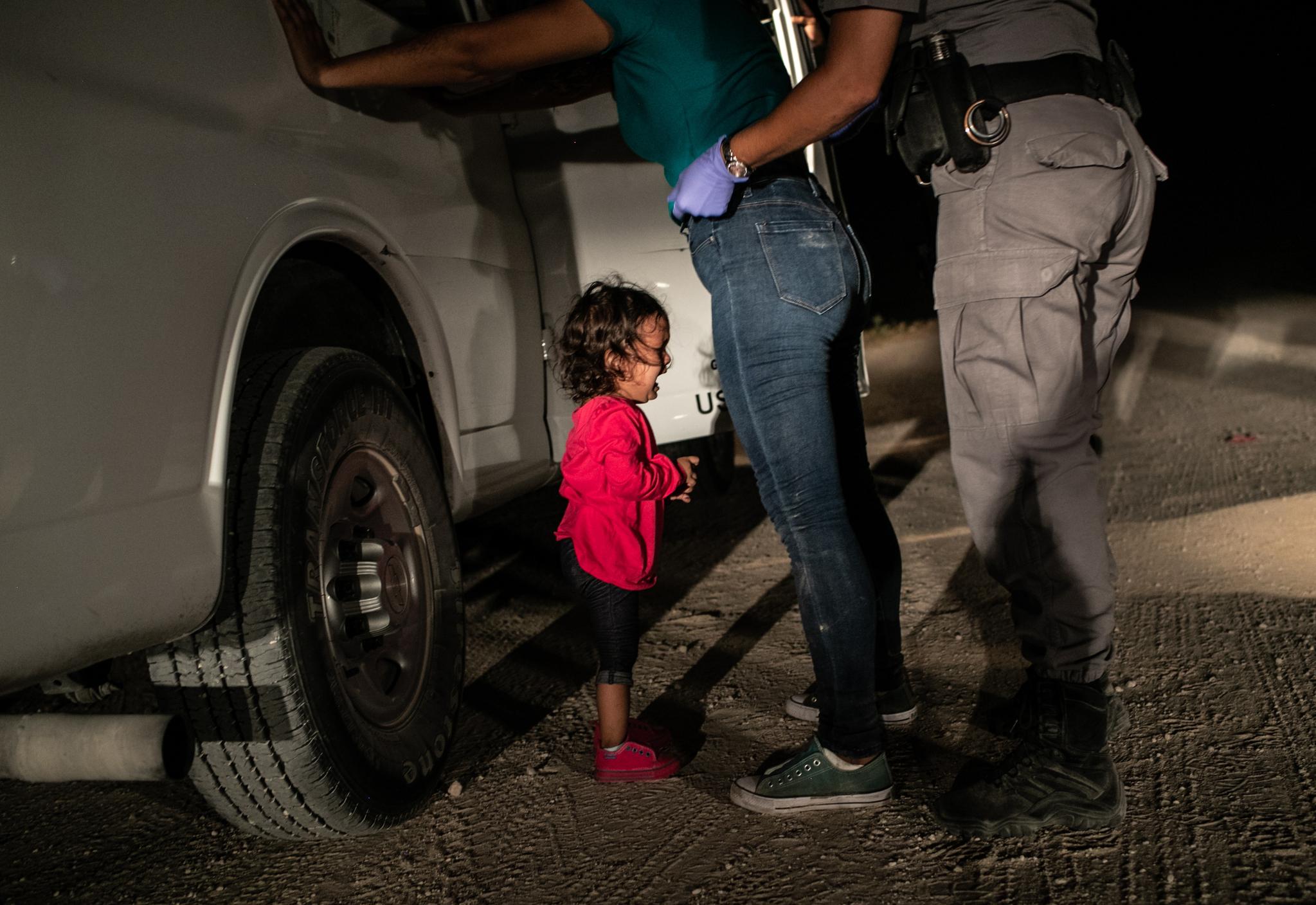작년 6월 12일 미국 국경으로 불법 입국하다 체포된 엄마 무릎 아래서 2살짜리 온두라스 난민 여자아이가 울고 있다. 게티이미지 존 무어가 찍은 이 사진이 올해의 대상과 스팟뉴스상을 함께 받았다.[EPA=연합뉴스]