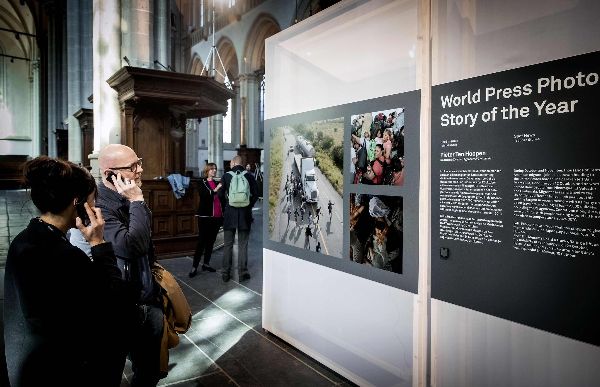 수상자들과 관람객들이 지난 12일 네덜란드 암스테르담에서 열린 행사에 참석하며 작품을 둘러보고 있다.[AFP=연합뉴스]