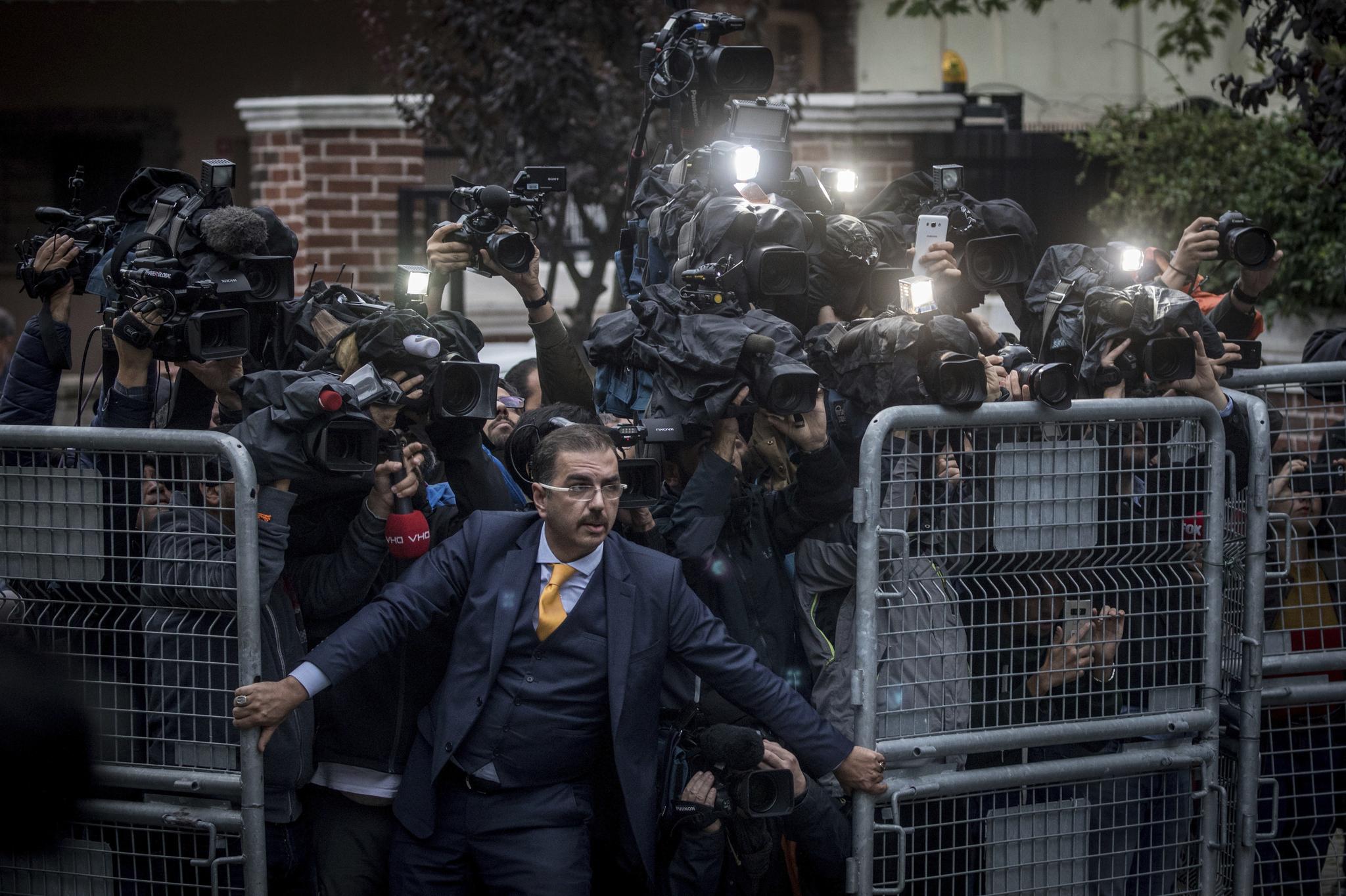 터키 이스탄불의 사우디아리비아 영사관에서 살해된 자말 까슈끄지 사건을 수사하기 위한 조사관들이 영사관에 도착하자 취재진이 몰려들고 있다.[AP=연합뉴스]