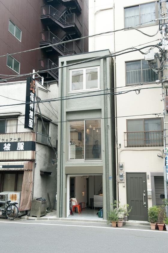'지요다구에서 미니빌딩을 사다'라는 매물 광고를 낸 도쿄 지요다구 바닥면적 16㎡(약 4.8평) 미만의 초미니 빌딩. [사진 '당신의 라이프스타일을 중개합니다' ⓒ이케다 마사노리]