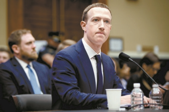 지난해 4월 정보유출 청문회에서 마크 저커버그 페이스북 CEO가 굳은 표정으로 질의를 듣고 있다. [신화통신=연합뉴스]