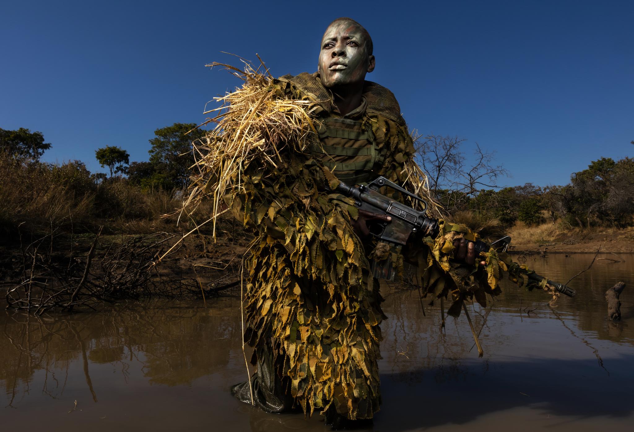 짐바브웨이의 한 야생공원에서 불법 밀렵을 막기위해 여성대원들이 야간 순찰을 하고 있다. '아카싱가'라고 불리는 순찰대는 전원 여성으로 이루어져 있다.[AP=연합뉴스]