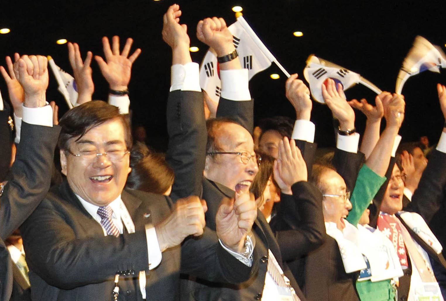 2011년 7월 6일(현지시간) 남아공 더반에서 열린 국제올림픽위원회(IOC) 총회에서 평창 유치 발표에 조양호 회장(왼쪽)등 평창 2018 동계올림픽유치위원회 관계자들이 환호하고 있다. [연합뉴스]