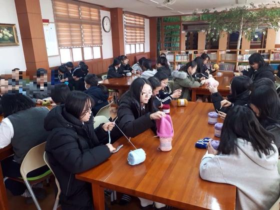 삼우중 학생들이 아프리카 신생아들에게 보낼 털모자를 만들고 있다. 지난해 이 학교 학생 53명이 비정부단체(NGO) 세이브더칠드런의 '모자 뜨기 캠페인'에 참여했다. [사진 학부모]