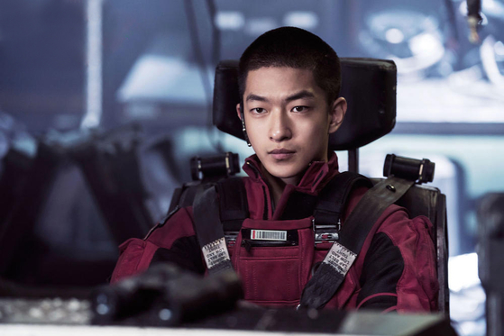류배강의 아들 류치(굴초소)는 가족을 두고 우주로 떠난 아버지에 대한 원망과 반항심이 가득한 청년이다. 사진=씨네그루(주)키다리이엔티