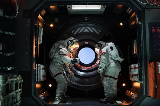 영화 '유랑지구'. 이 영화의 우주정거장은 각국 출신이 모인 곳으로, 각자의 언어로 말하면 이어폰을 통해 자동 번역되는 것으로 그려진다. 사진=씨네그루(주)키다리이엔티