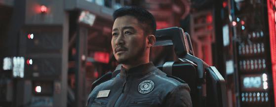 어린 아들을 두고 우주로 향했던 류배강(오경)은 17년만에 지구 귀환을 앞둔다. 중국 역대 흥행순위 1,2위 영화가 모두 이 배우가 주연한 작품이다. 사진=씨네그루(주)키다리이엔티