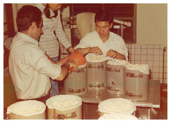 지정환(왼쪽) 신부가 1978년 7월 임실의 치즈공장에서 주민들과 함께 체더치즈를 만드는 모습. [사진 임실군]