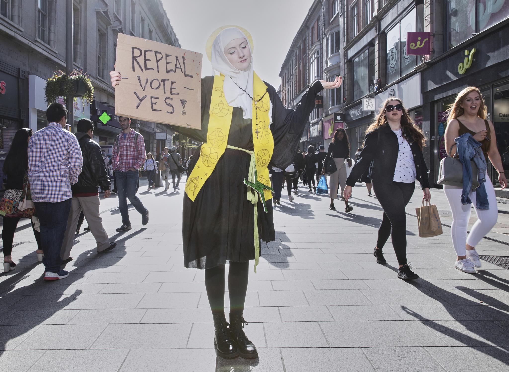 작년 4월 아일랜드 더블린 도심에서 성녀 브리지드의 복장을 갖춘 한 시위대가 낙태금지법 폐지를 위한 거리시위를 하고 있다.[AP=연합뉴스]