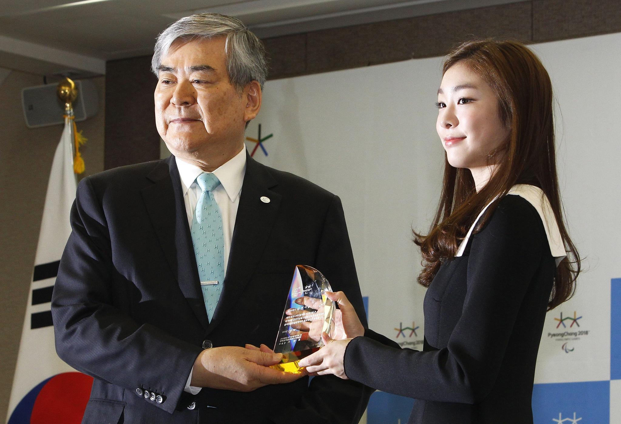 2014년 11월 4일 김연아(오른쪽) 선수가 당시 조양호 평창 동계올림픽 조직위원장에게 홍보대사 위촉패을 받고 있다. [EPA=연합뉴스]