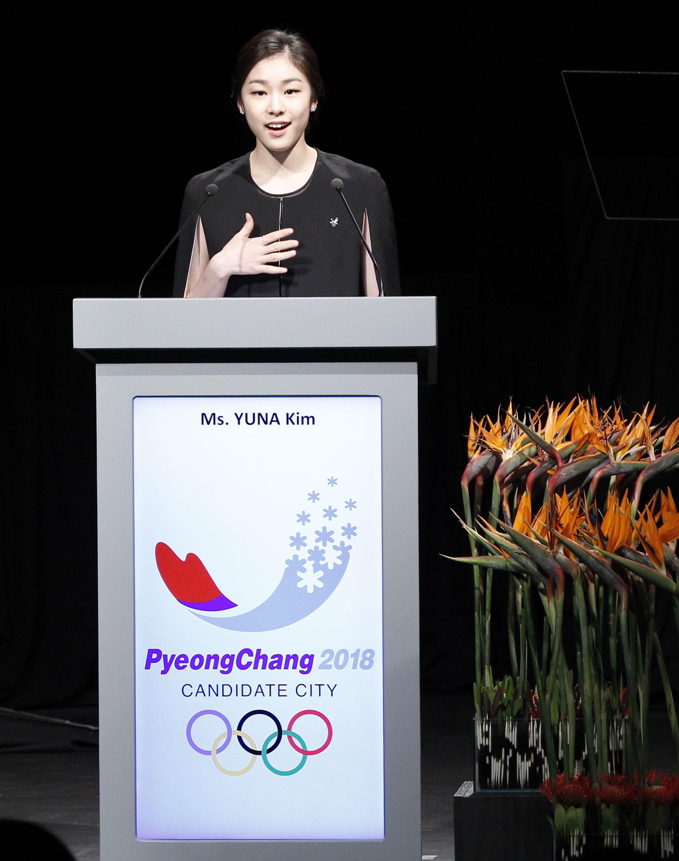 평창 2018동계올림픽유치위원회 홍보대사 김연아가 2011년 7월 6일 오후 국제올림픽위원회(IOC) 총회가 열린 남아공 더반 국제컨벤션센터에서 평창 유치 프리젠테이션(PT)을 진행하고 있다.[연합뉴스]