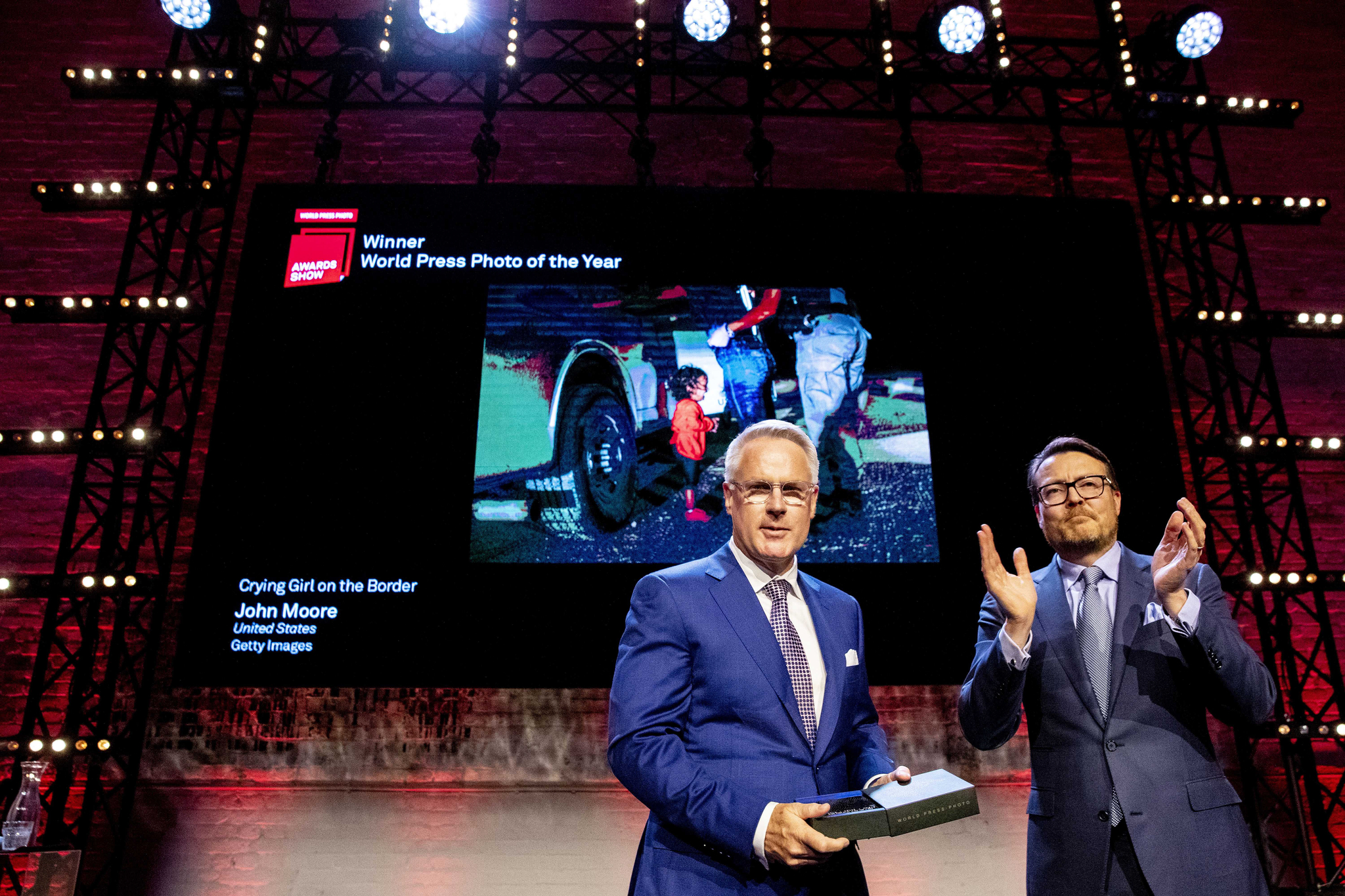 존 무어(왼쪽)가 지난 주 네덜란드 암스테르담에서 열린 월드 프레스 포토 시상식에서 콘스탄틴 네덜란드 왕자로부터 상장을 받고 있다.[EPA=연합뉴스]