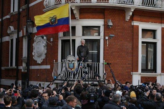 위키리크스 창립자인 줄리언 어산지가 영국 런던의 에콰도르 대사관에서 언론 인터뷰를 하고 있다. [AFP]