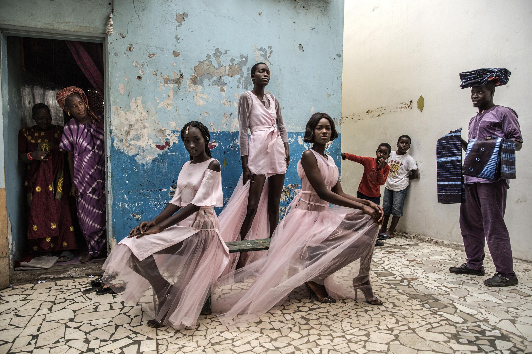 모델들이 세네갈 수도 다카르 도심에서 화보촬영을 하고 있다. 다카르는 아프리카에서 가장 주목받는 패션허브다. 매년 열리는 '다카르 패션 위크'는 도심 곳곳에서 개최돼 주민들의 관심을 끈다.[AP=연합뉴스]