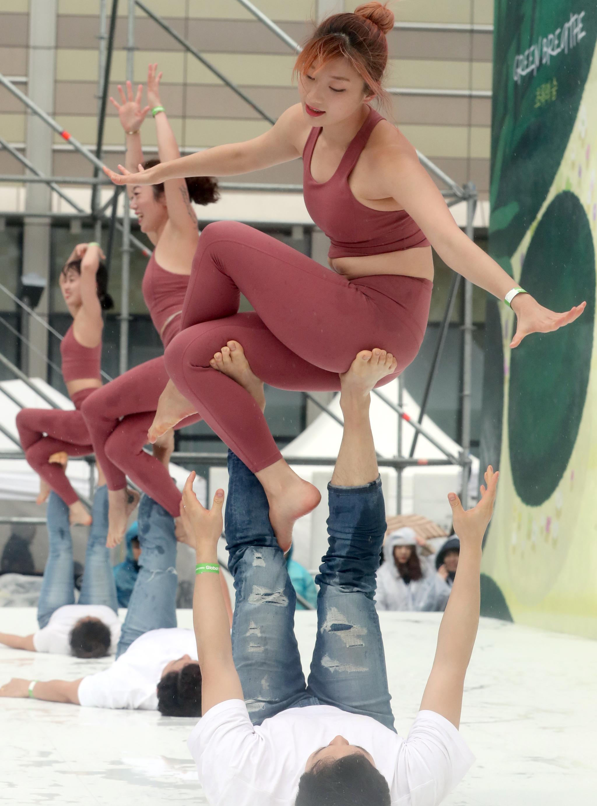 롯데백화점은 14일 창립 40주년을 기념해 전세계에서 가장 큰 요가행사인 '요가 말라 프로젝트'를 유통업계 최초로 개최했다. 이날 킴스요가&크로우아크로 팀이 사전 공연 요가를 하고 있다. 최정동 기자