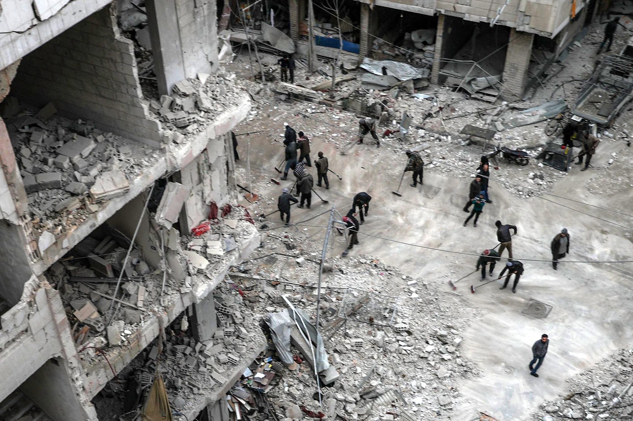 시리아 동부의 한 지역 주민들이 작년 2월 공중폭격으로 폐허가 된 마을을 정리하고 있다. 이 사진은 'Syria,No Exit'라는 주제의 스팟뉴스 스토리부문 2위상을 수상했다.[EPA=연합뉴스]