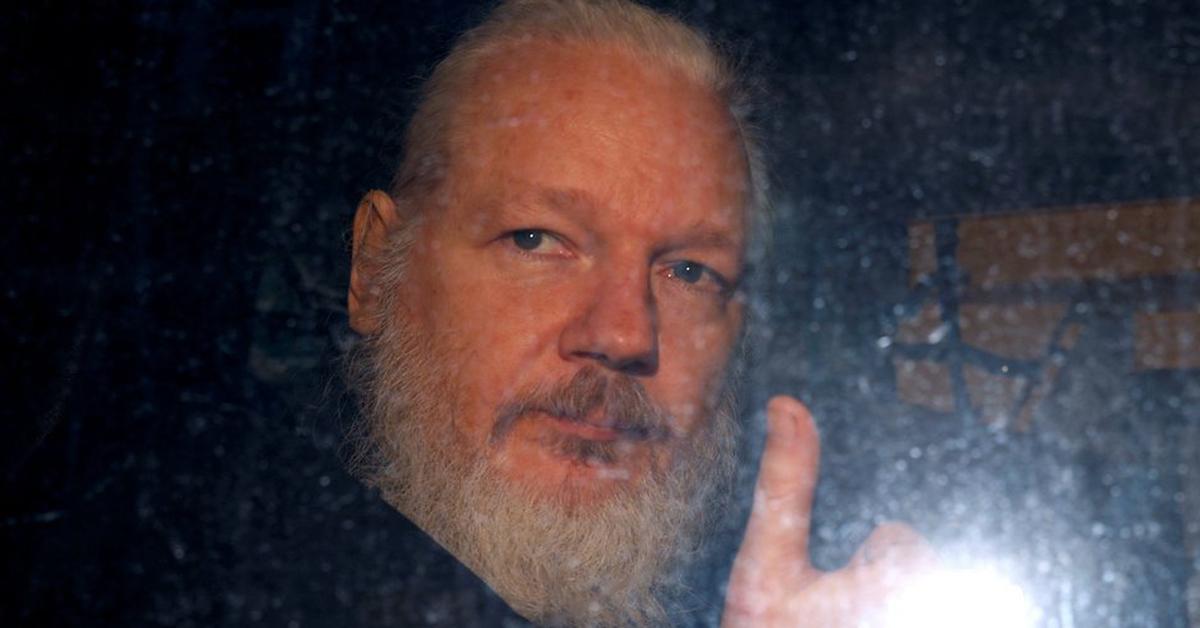 영국 런던 주재 에콰도르 대사관에서 7년간 피신한 끝에 11일(현지시간) 전격 체포돼 경찰 차량으로 압송되는 폭로 전문 사이트 '위키리크스'(Wikileaks)설립자 줄리언 어산지가 엄지를 들어 보이고 있다. [로이터=연합뉴스]