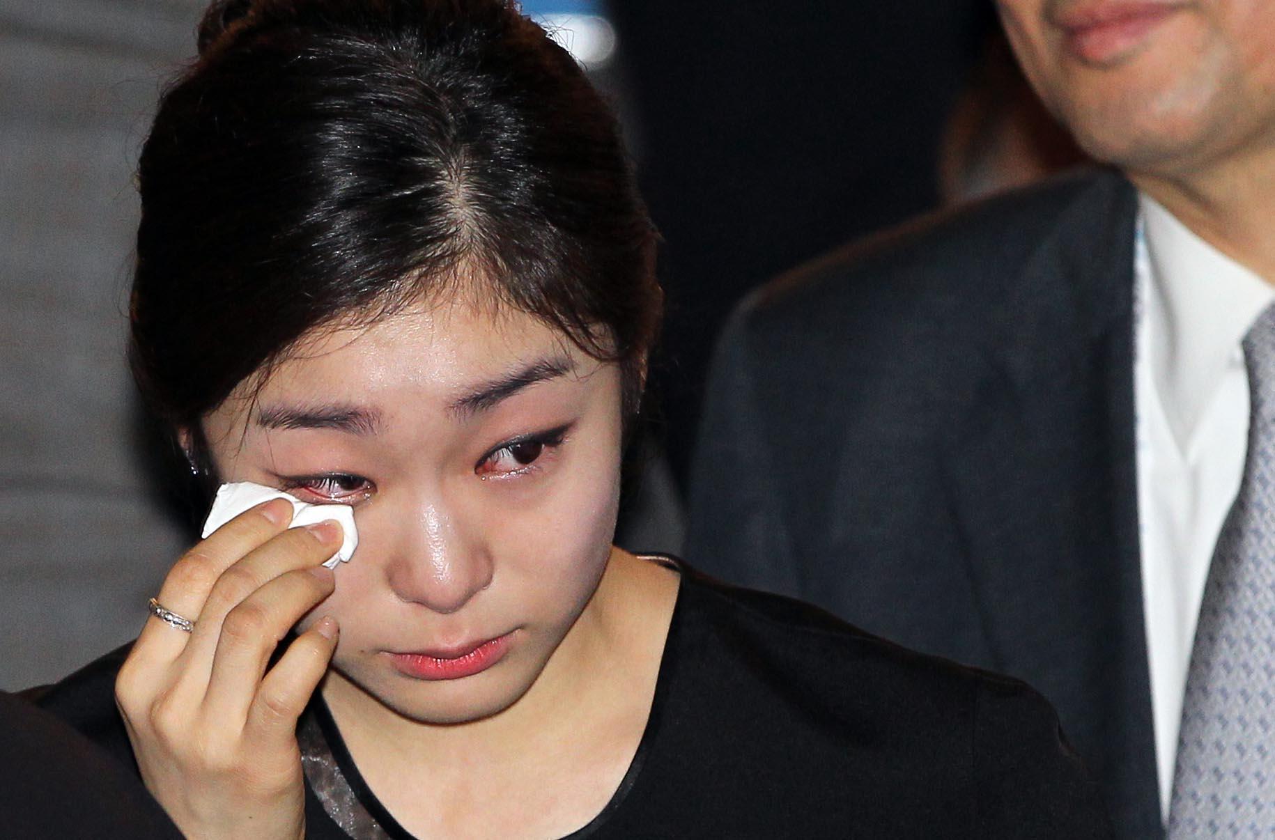 김연아 선수가 2011년 7월 6일 오후(현지시간) 남아공 더반 국제컨벤션센터에서 열린 국제올림픽위원회(IOC) 총회에서 2018년 동계올림픽 평창 유치가 확정된 뒤 눈물을 흘리고 있다.[연합뉴스]
