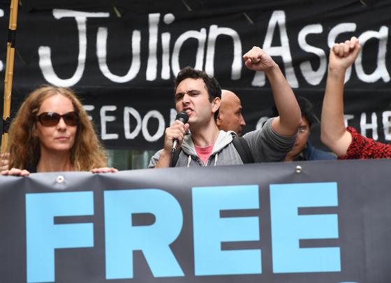 아산지에 대한 석방을 요청하는 지지자들 [EPA=연합뉴스]