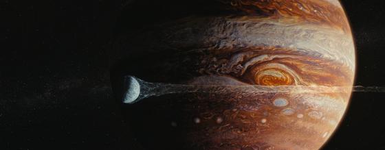 영화 '유랑지구'. 태양에서 멀어지던 지구는 목성에 가까워지면서 충돌 위기를 맞는다. 사진=씨네그루(주)키다리이엔티
