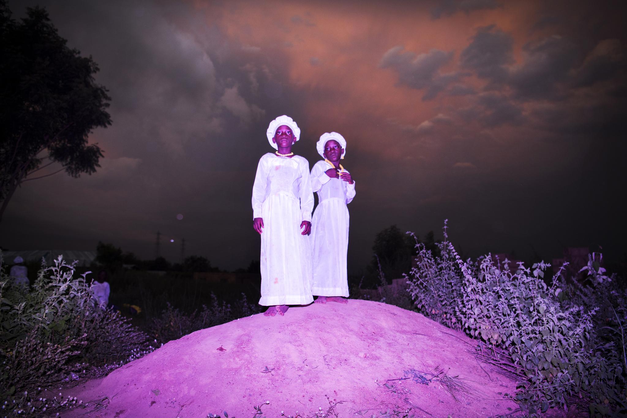 한 나이지리아 쌍둥이 자매가 교회를 가기 위한 복장을 입고 사진 촬영에 나섰다. 나이지리아는 전 세계에서 쌍둥이 출산율이 가장 높은 나라 중 한곳이다.[AP=연합뉴스]