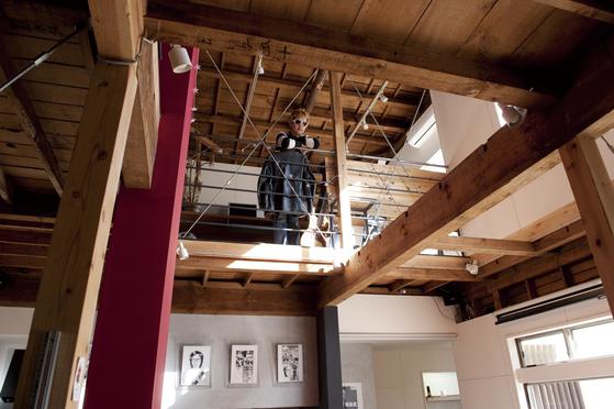 '대폭 수리 필요'라는 임대 광고를 낸 도쿄 시부야구의 오래된 목조 주택. 디자인 회사 U-MA가 입주했다. 수리 계획을 받아 건물주가 심사하도록 했다.파격적인 리모데링으로 물건의 숨어있는 잠재력을 발견, 세입자가 건물 전체를 브랜딩 해준 사례가 되었다. [사진 '당신의 라이프스타일을 중개합니다' ⓒ이케다 마사노리]