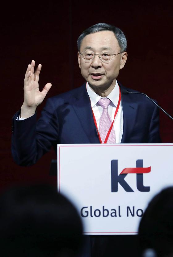 황창규 KT 회장이 지난 2월 스페인 바르셀로나에서 열린 'MWC19' 간담회에서 질문에 답하고 있다. [중앙포토]