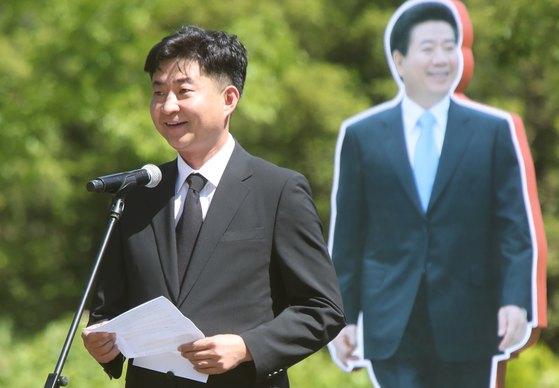 노건호씨가 지난해 5월 23일 경남 김해시 진영읍 봉하마을에서 열린 노 전 대통령 9주기 추도식에서 추도사를 하고 있다. [뉴스1]