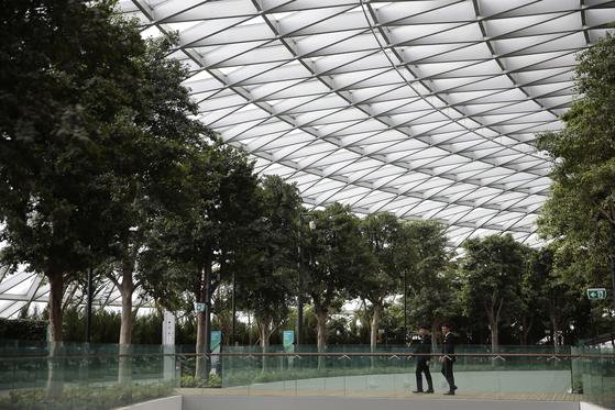 지난 11일 싱가포르 주얼 창이 터미널에서 공항관계자들이 시설을 점검하고 있다.[EPA=연합뉴스]
