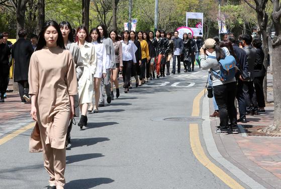 15일 오후 서울 중구 덕수궁 돌담길에서 열린 '서울 365패션쇼'에서 모델들이 워킹을 하고 있다. [뉴시스]