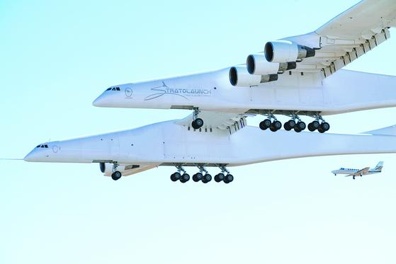 세계 최대 제트기이자 공중 인공위성 발사대인 '스트래토'가 13일(현지시각) 모하비 공항·우주항에서 이륙 후 첫 시험비행에 성공했다. [EPA=연합뉴스]