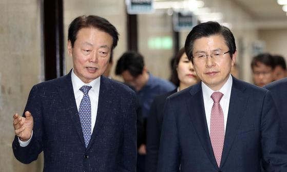 한국당 황교안 대표(오른쪽)와 한선교 사무총장이 지난달 6일 대화하고 있다. [연합뉴스]