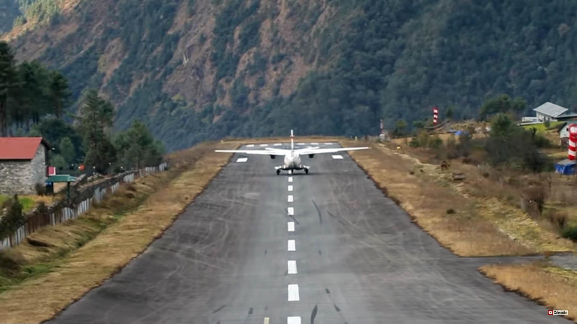 루클라 공항에서 소형 항공기가 내리막 활주로에서 이륙하는 모습. [유튜브 캡쳐]