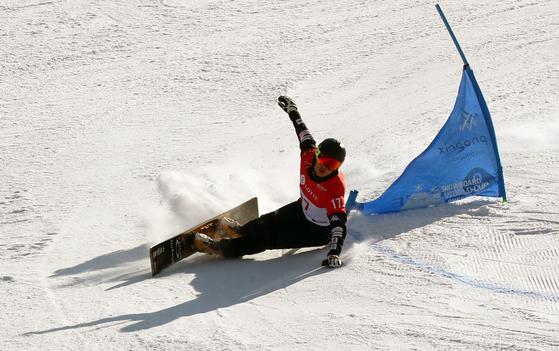 지난 2월 평창 휘닉스스노우파크 '이상호 슬로프'에서 열린 평창 스노보드월드컵에서 이상호가 슬로프를 질주하고 있다. 강정현 기자