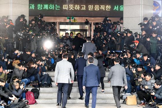 가수 승리(본명 이승현)가 조사를 받기 위해 지난달 14일 서울 종로구 서울지방경찰청에 출석하고 있다. [뉴스1]